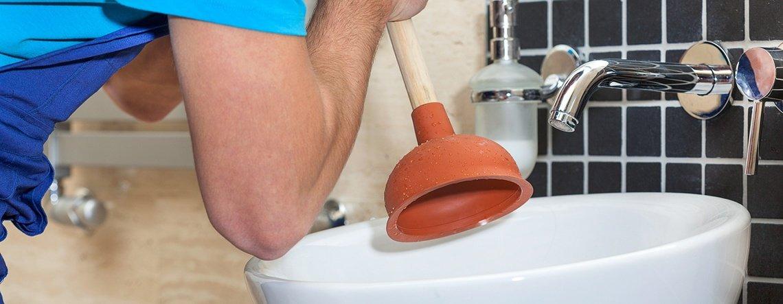 Кога трябва да потърсим професионален водопроводчик при запушен канал